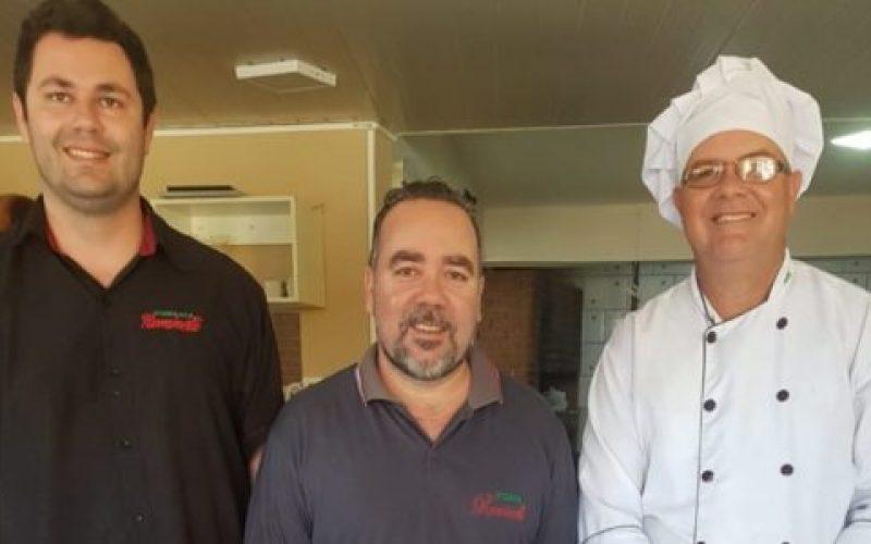 Proprietários-Fernando-e-Edson-e-o-chefe-de-cozinha-Emerson-550×300