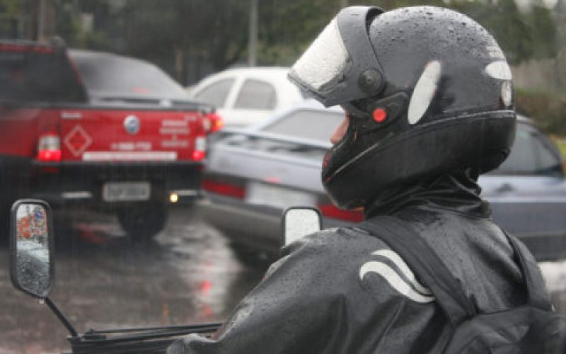 Motoqueiro no trânsito em dia chuvoso . Foto: Marcos Santos.