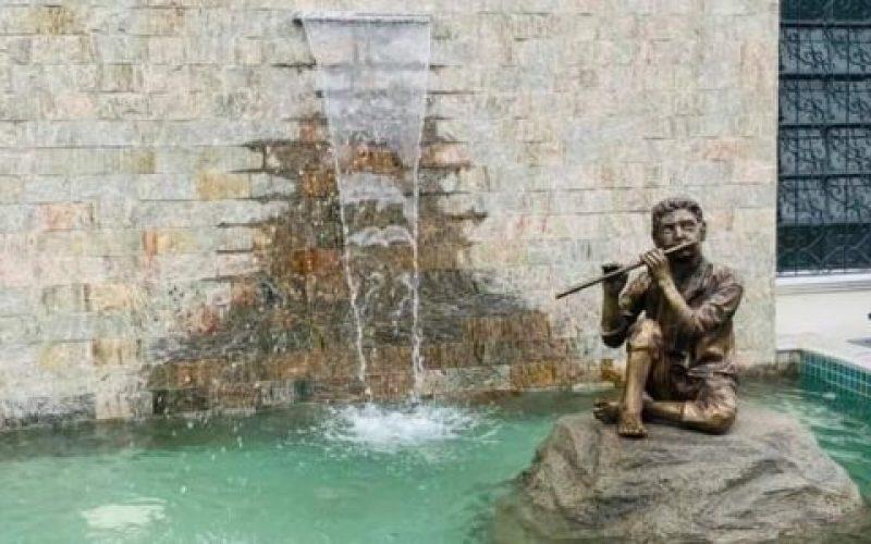 Estátua-em-bronze-faz-homenagem-à-tradição-musical-no-município-550×300