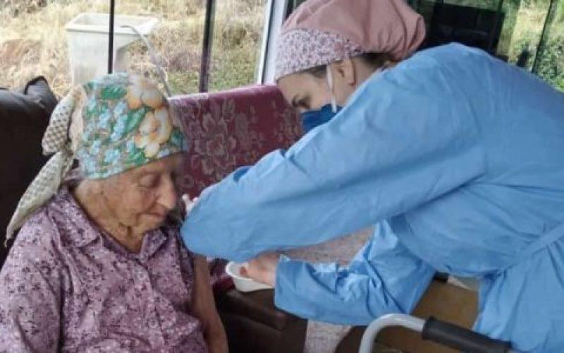 Gertrudes-Antônia-de-Oliveira-de-98-anos-recebendo-a-vacina-contra-o-coronavírus-550×300