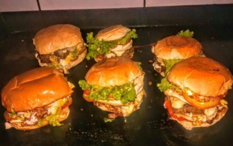 Lanches-com-hambúrguer-e-pão-caseiros-550×300