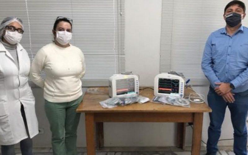 Prefeito-Edmar-Dias-entregou-dois-monitores-multiparâmetros-de-sinais-vitais-para-a-Santa-Casa-550×300