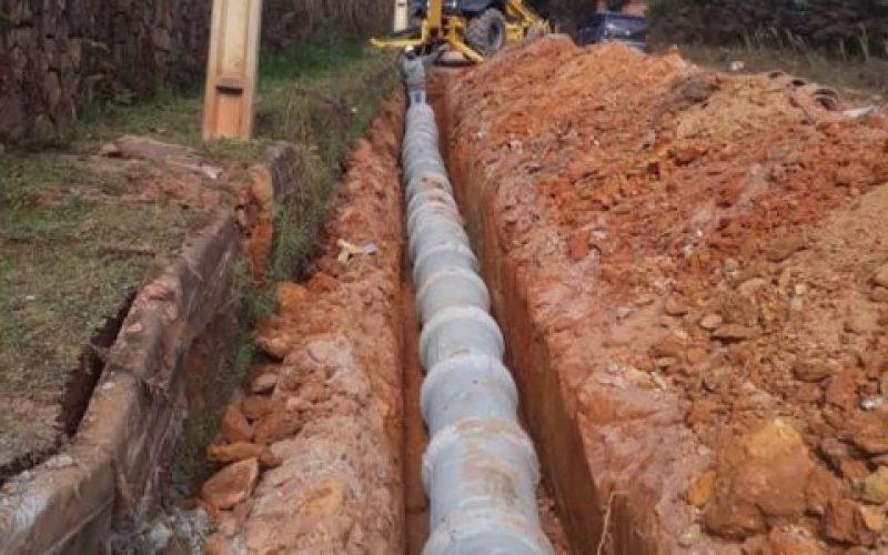 Subprefeitura-de-Monte-Verde-em-Camanducaia-instala-tubulação-para-calçamento-da-Avenida-das-Montanhas-550×300