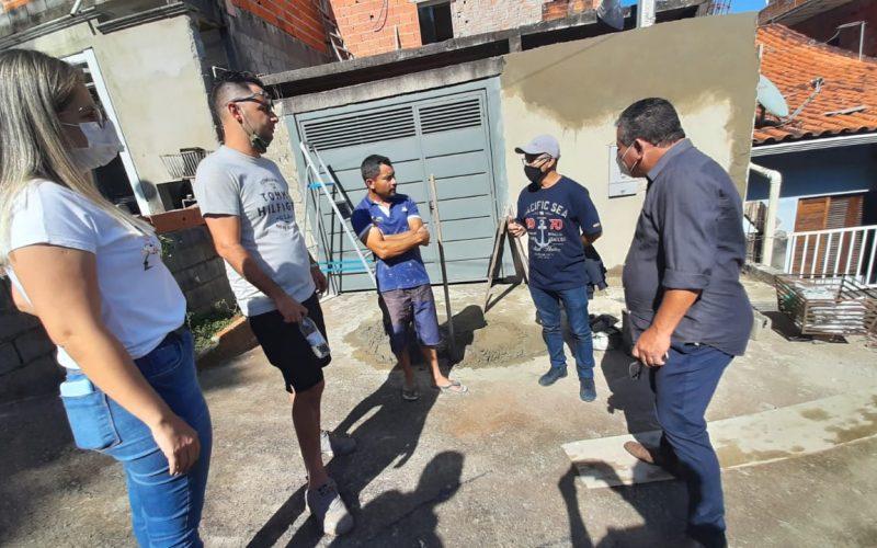 Vereadores conversam com morador
