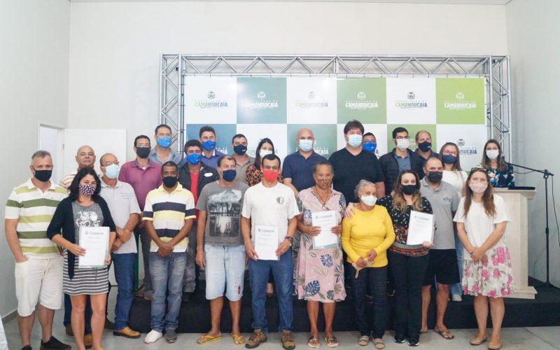 Entrega da escritura para 11 famílias do município